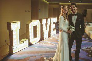 Marc López y María con las letras BCN LETTERS