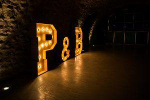 Decora tu boda con nuestras letras de madera con luz