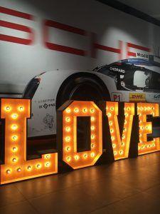 Alquiler de letras luminosas LOVE de BCN LETTERS en Porsche Barcelona