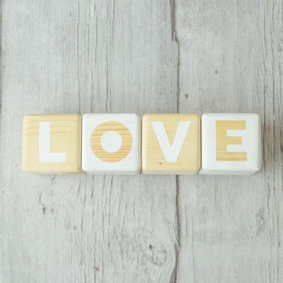 cubos de madera con letras LOVE BCN LETTERS