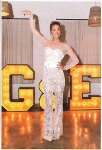 Gemma Mengual posando en su boda con las iniciales luminosas de BCN LETTERS