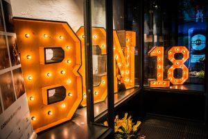 Letras luminosas de alquiler de BCN LETTERS en el restaurante LABARRA