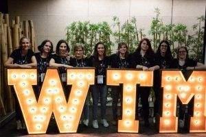 Letras luminosas de madera de alquiler en el evento Women Tech Makers de Barcelona - BCN LETTERS