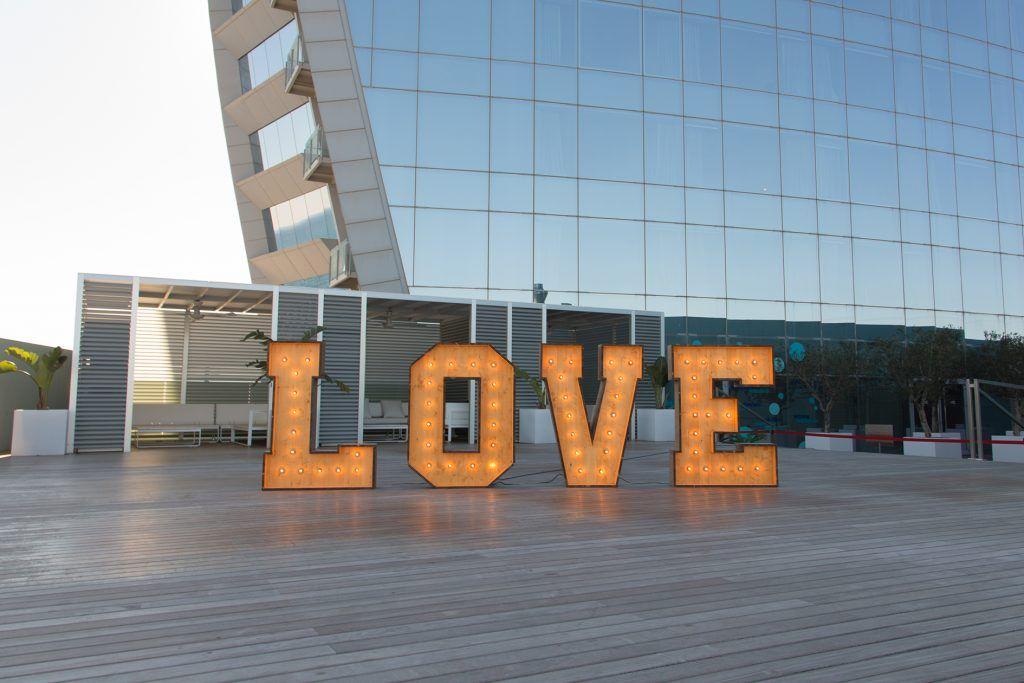 Alquiler del pack de letras LOVE con luces de BCN LETTERS