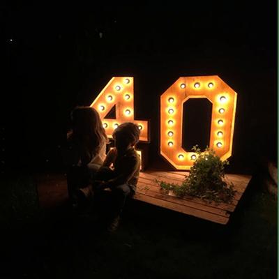 Números de alquiler de madera luminosos