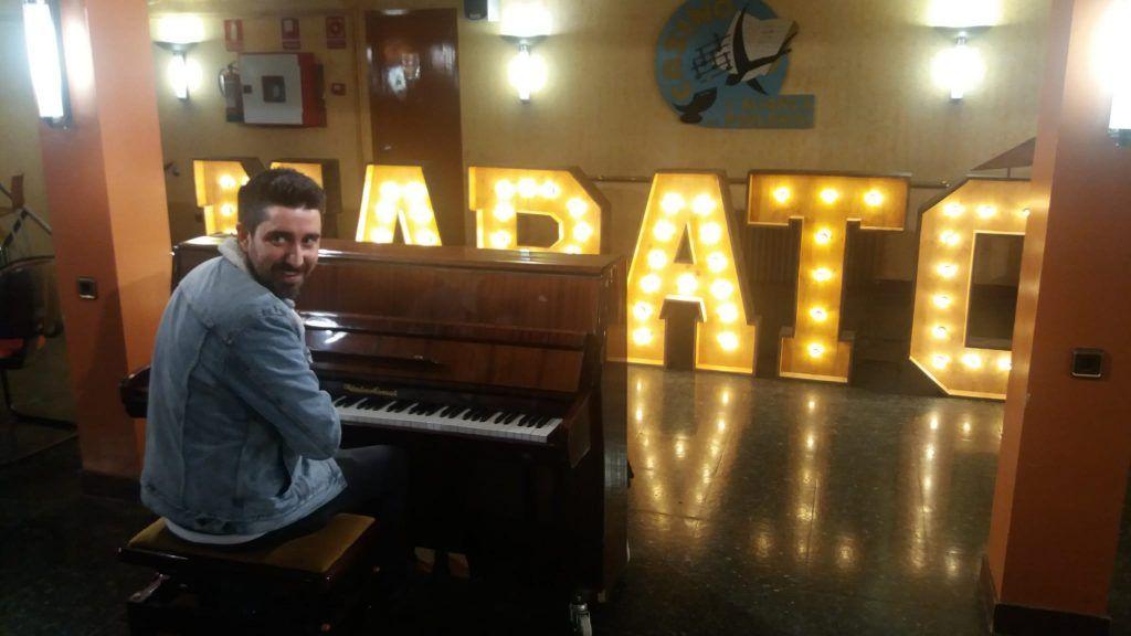 Alex Ubago con las Letras Luminosas Para La Marató de TV3 - BCNLETTERS