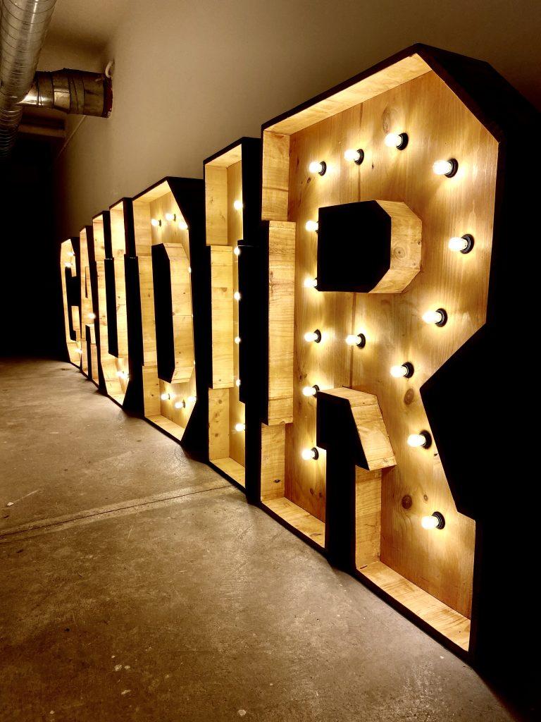 alquiler letras luminosas de BCN LETTERS premis Gaudí 2020