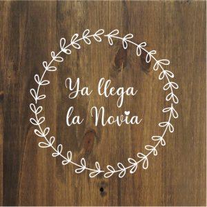 Cartel de madera Ceremonia Boda Llega la Noviapara Boda Barcelona - BCN LETTERS
